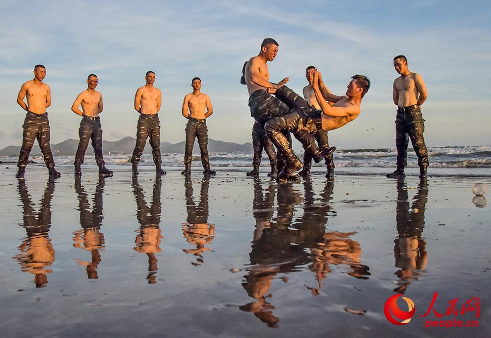 在海水中进行擒敌训练。