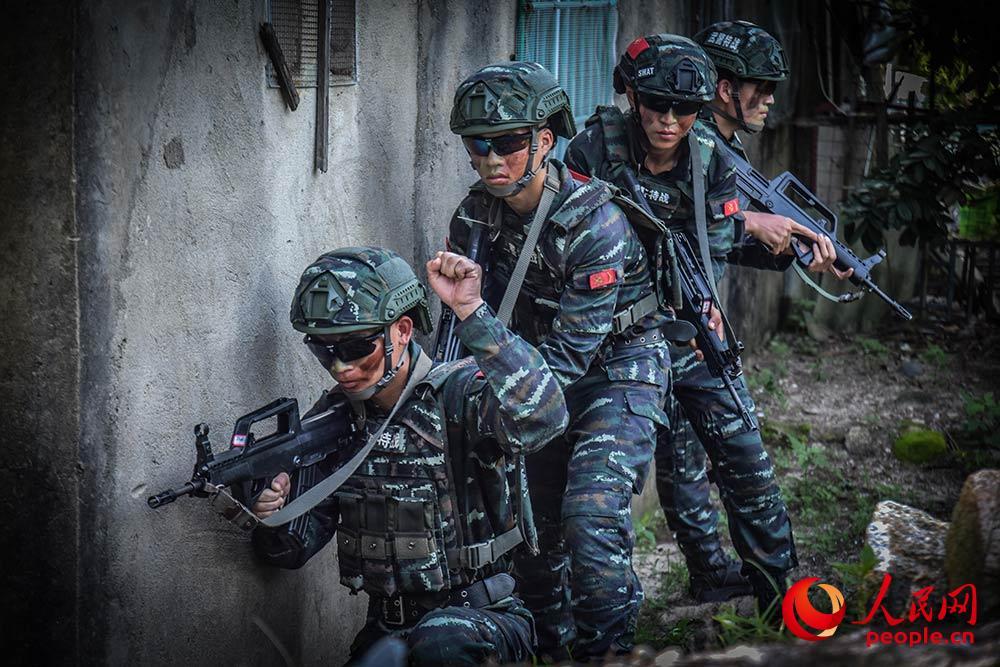运用战术队形搜索前进。