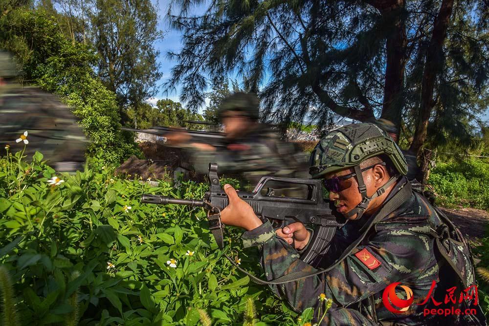在野外综合演练课目中进行丛林搜索。