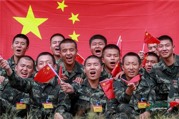 与国旗同框武警官兵用青春告白祖国北京高校女教师王铮
