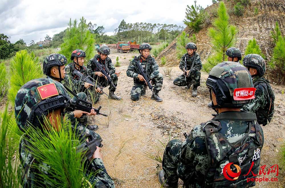 武警特战队员研究作战方案。