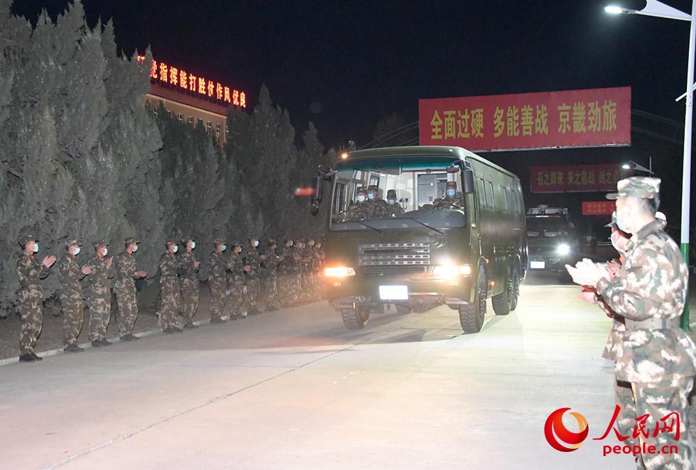 1月10日清晨,武警第一机动总队某支队防化中队官兵出征。