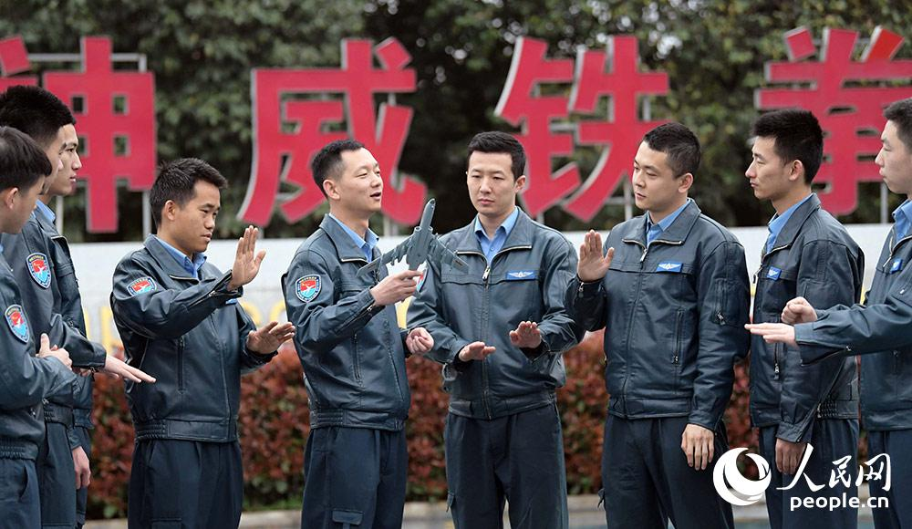 飞行员开展战术战法研究。
