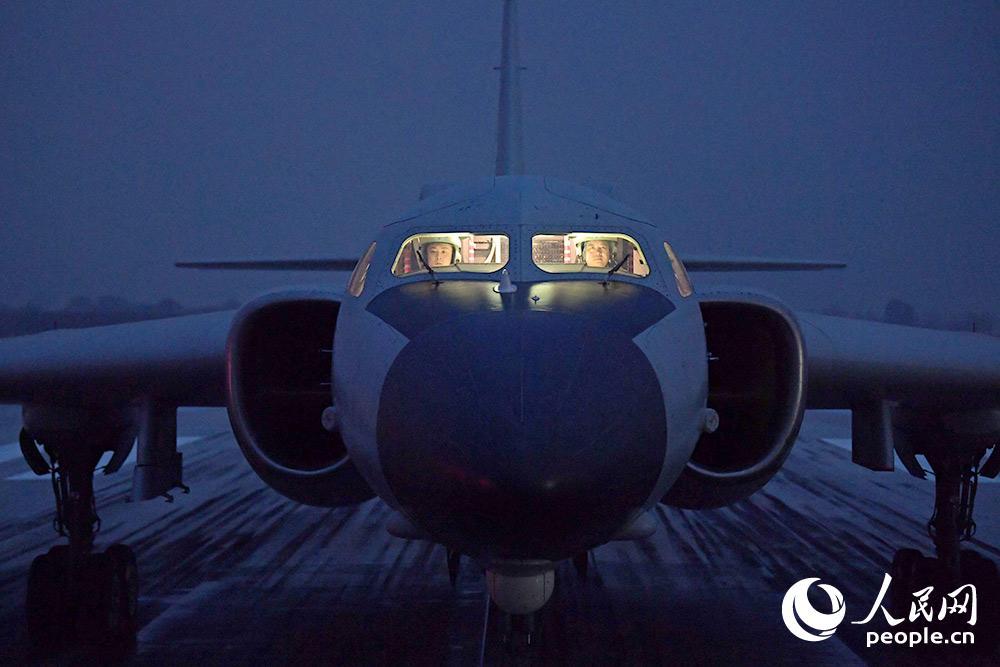 陌生机场,战机待命起飞。
