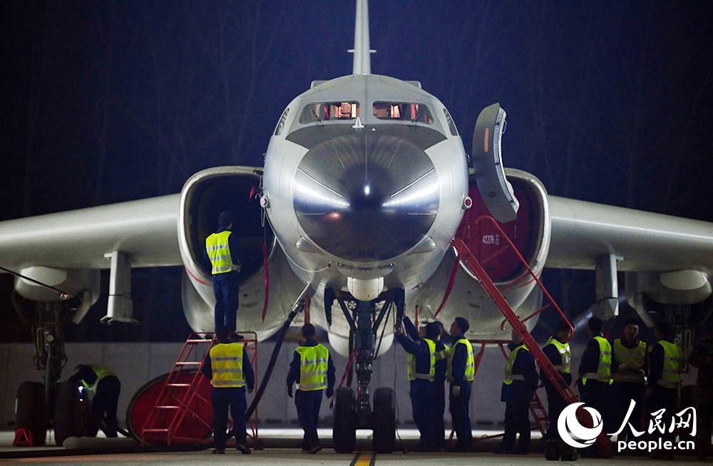 机务人员对战机进行维护。