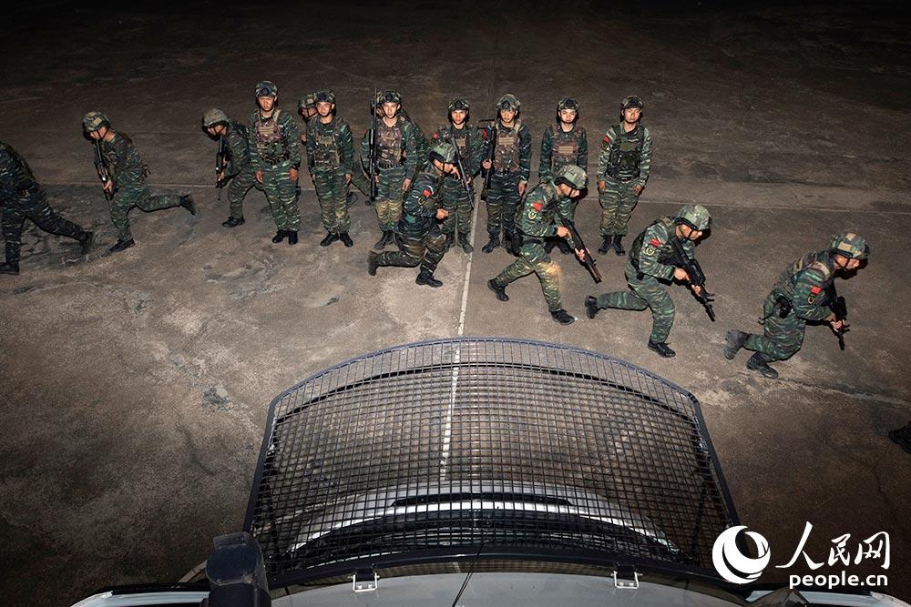 武警广西总队贺州支队特战分队特战队员出动。