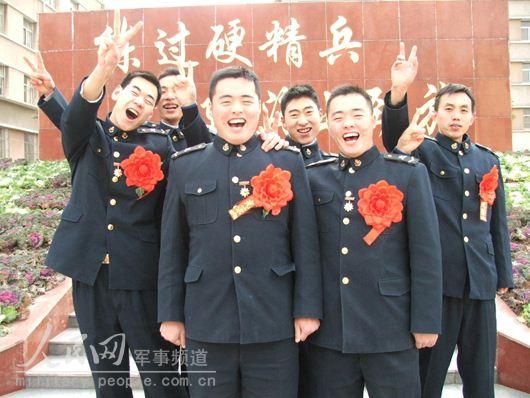 兄弟俩人戴上大红花,和受表彰的战友们合影留念