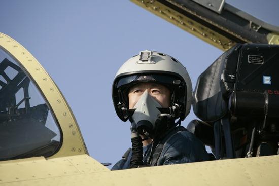 用英文规范的技术术语向外方飞行员介绍了该型机的