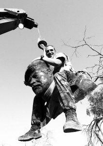 """军兴高采烈地""""斩首""""萨达姆雕像.4年后美英联军陷入泥潭.-伊战"""