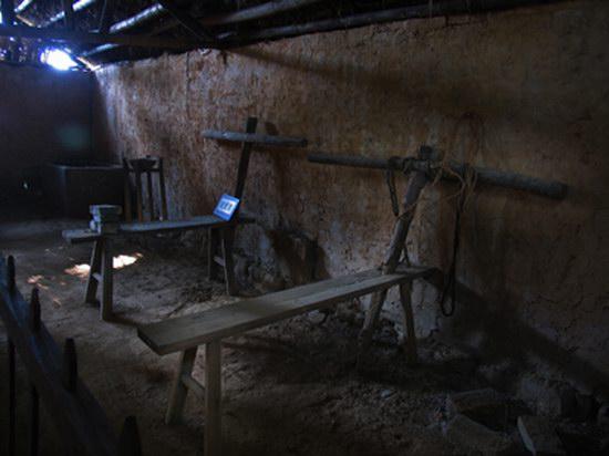 施奇/上饶集中营茅家岭监狱旧址区刑讯室内的刑具老虎凳