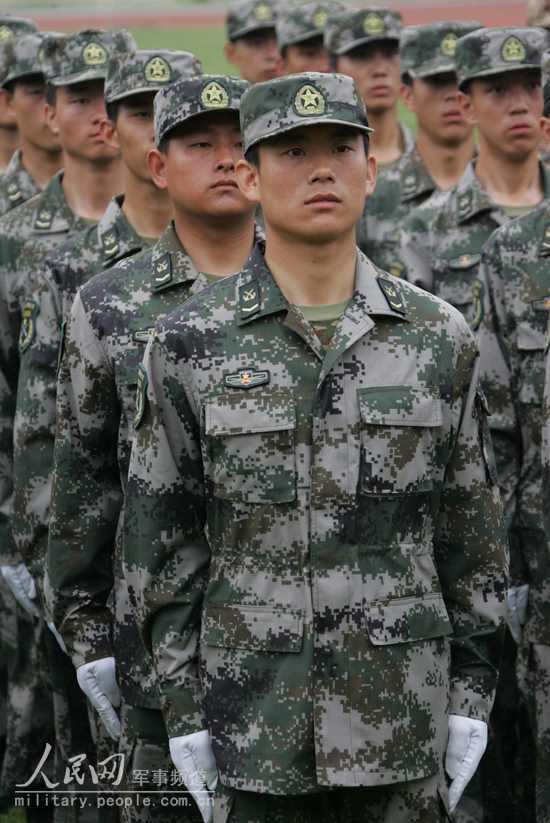 全军部队换穿07式军服掠影 14