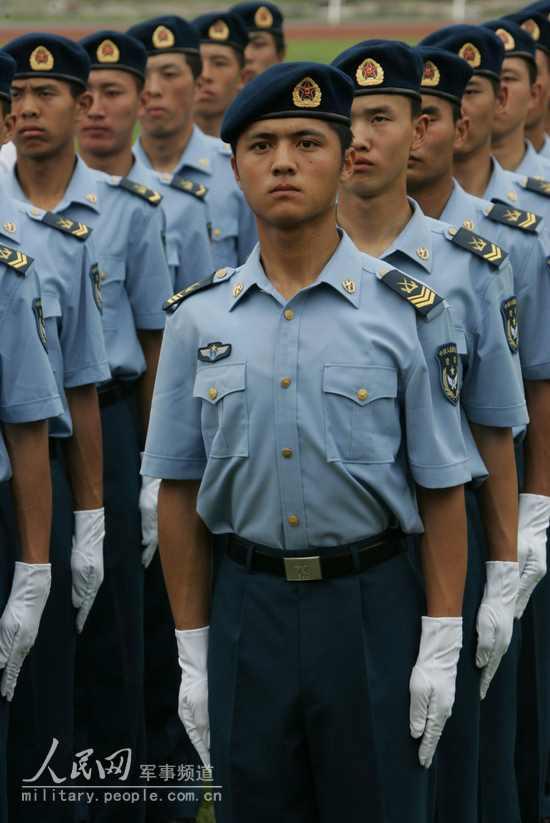 着夏常服的空军士官-全军部队换穿07式军服掠影 12图片