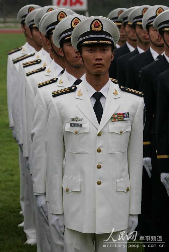 着春秋常服的海军军官-全军部队换穿07式军服掠影 11图片