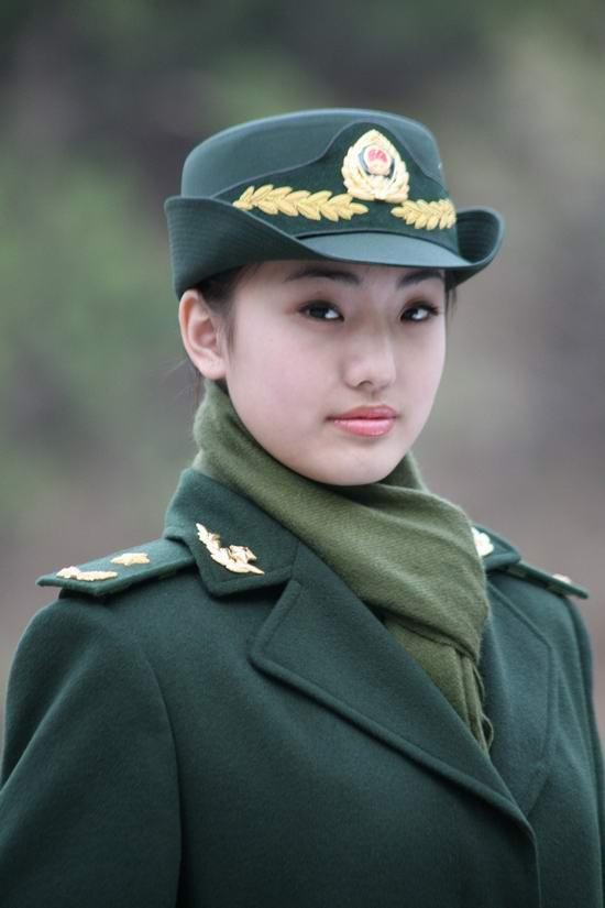 组图:武警女军人换新装 飒爽英姿不让须眉