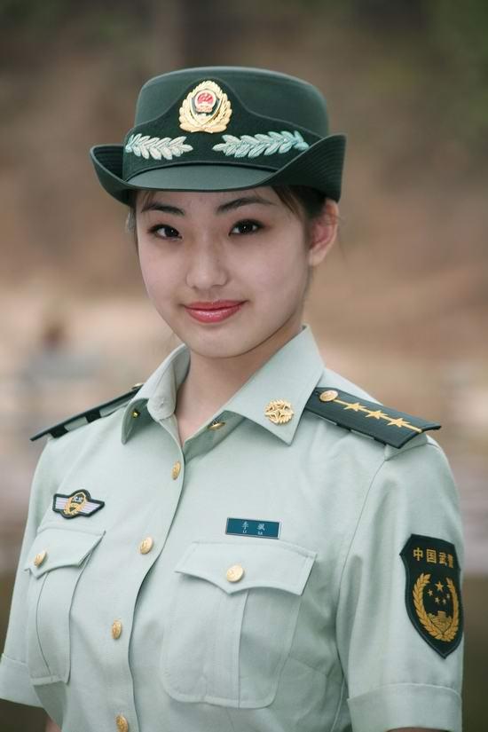 这是武警07式女警官夏常服. 摄影:刘胜-武警部队女军人换新装 飒爽图片