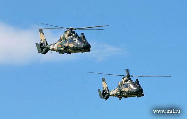 你们是真正的英雄,我为拥有你们这样年轻、勇敢的飞行员感到骄傲!8月1日,当我陆航直升机编队安全抵达俄罗斯演习地域沙戈尔机场时,中方联合战役指挥部副指挥员马湘生少将抑制不住内心的激动,向他的飞行员队伍敬礼致意。   记者手上有这样一组数据:驾驶16架运输直升机的32名飞行员中,上校、少校各3人,其余26人均为尉官,平均年龄仅为28.