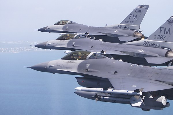 美国空军f-16c型战斗机编队飞行,翼尖挂著aim-120型中距空空导弹.