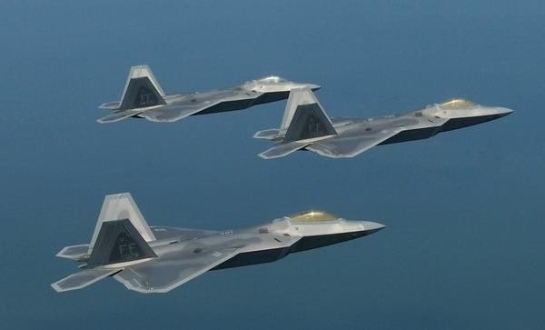 """美国空军f-22型""""猛禽""""战斗机编队飞行."""
