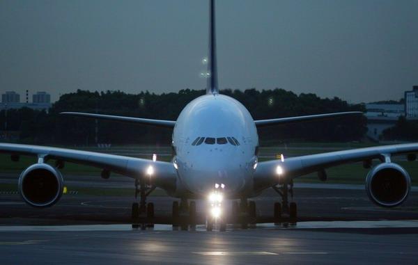 """夜幕下,新加坡航空公司首架A380客机终於""""回到家里"""".-新航首架"""