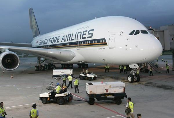 新加坡航空公司首架A380客机飞抵新加坡樟宜机场后,地勤人员忙於