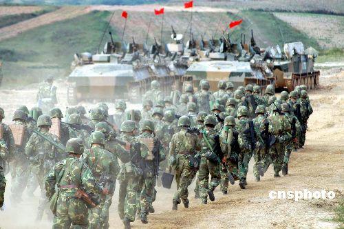 组图:我军第一支两栖机械化步兵师皖东演兵