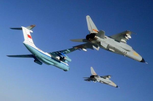"""中国空军新""""飞豹""""战斗轰炸机与伊尔-76md型运输机编队飞行."""