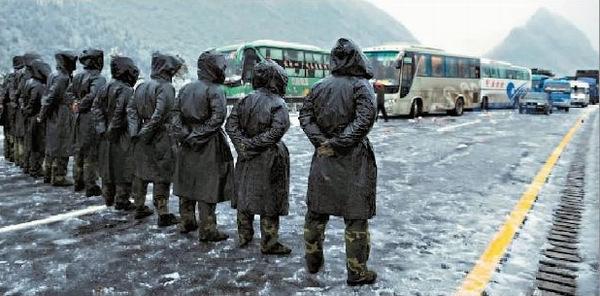 新一代最可爱的人:人民子弟兵抗冰雪灾害 图片转自网络>