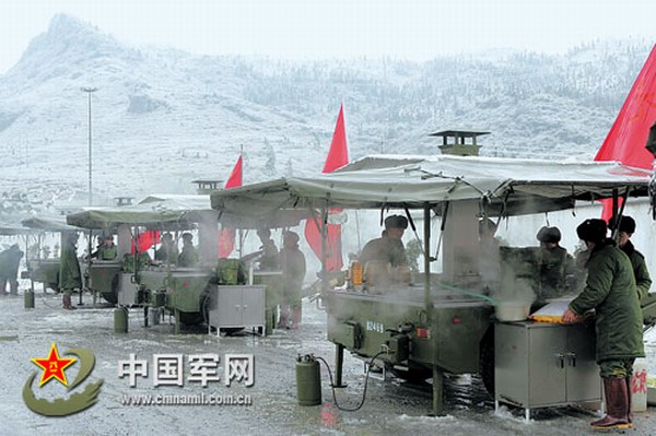 炊事情趣:解放军用野战图片车为受困新闻做热有群众文章生活要图片