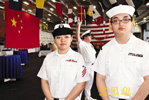 """五星红旗;; 朱莹(左)和林 是""""小鹰""""号少有的华裔船员,朱莹表示很高兴"""