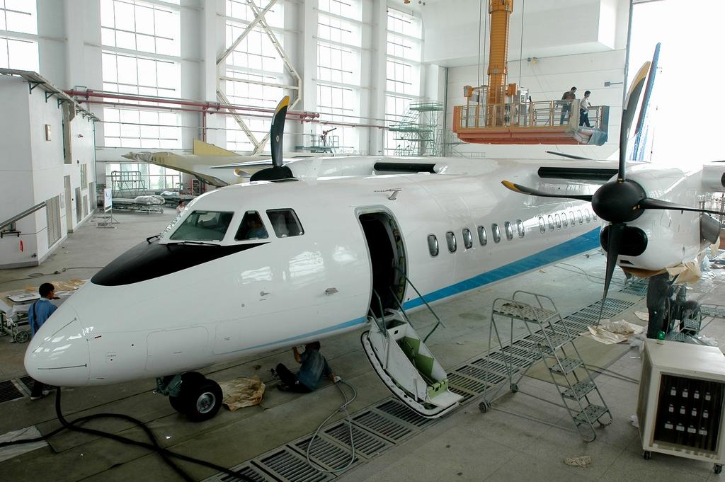 """首架""""新舟""""600型飞机在喷漆(1024)--军事--人民网"""