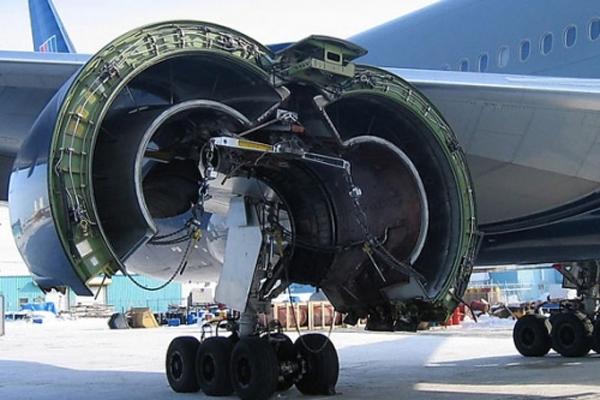 美国联合航空公司波音777飞机发动机维修中