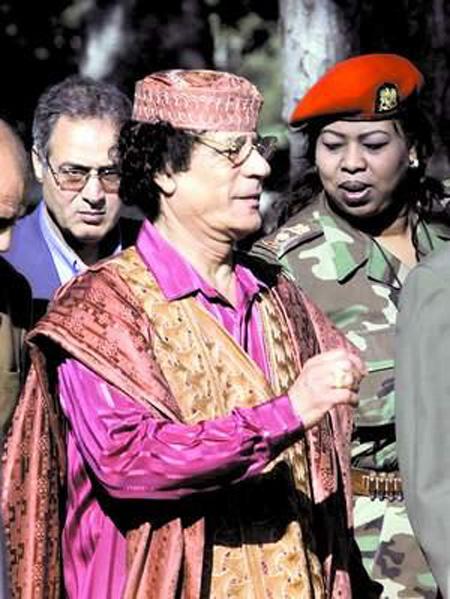 利比亚领导人卡扎菲(中)身边,一名全副武装的女保镖(右)寸步不图片