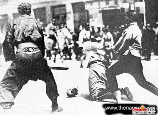1937年12月13日凌晨,第十六师团步兵第二十联队占领了中山门。当天,该师团第三十三联队和第三十八联队在轻型装甲车的配合下,从太平门外沿玄武湖急进至南京城北的下关江边,以截断中国军队的退路。下午,当第三十三、第三十八联队进至下关时,长江边有大批准备渡江的中国军人,江面上也有许多正在渡江的中国军人。日军立即用机枪进行猛烈扫射,一时间江水被染得殷红。在长江边等待渡江的中国军人有些返回南京城内,避入安全区,有些被日军射杀或俘获。接着,日军在长江边将俘获的中国军人加以集体屠杀。   南京沦陷后,第十六师团根