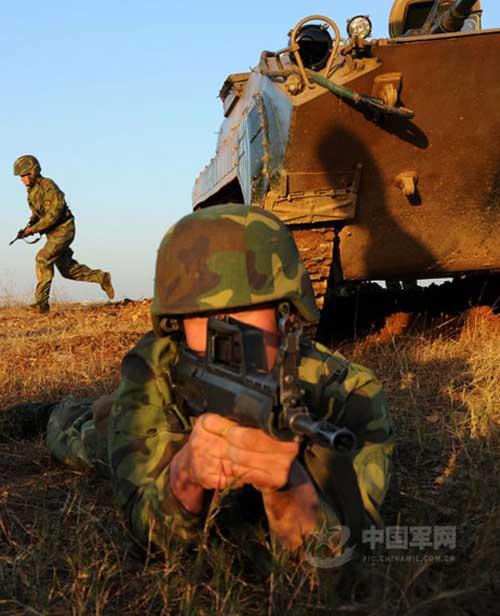 士兵持95式步枪实施警戒,与战友协同出击