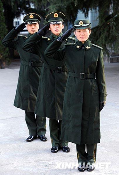 这是身著武警07式常服大衣的军官-武警驻山东部队正式换发07式冬装图片