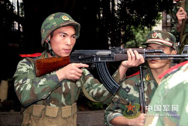 单兵所使用的还是武警部队普遍列装的八一式步枪