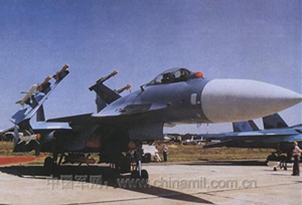 发展过程:   苏-33 海侧卫也称苏-27K, 是俄罗斯的海军舰载机,是在空军型苏-27 基础上发展而成。 1979 年计划研制 ,1984 年 9 月试验型,完成首次滑跃起飞 ,1989 年 11 月完成降落试验 ,1996 年初正式在俄罗斯海军库兹涅佐夫航空母舰上服役,共 18 架。   性能特点:   空战能力强,主要执行单一的舰队防空任务。可带多达 8 枚的超视距空空导弹和 4 枚近距红外寻的导弹。   作战半径大,续航时间长,作战持久性较好,但缺少发射后不管的武器。   采用滑跃起