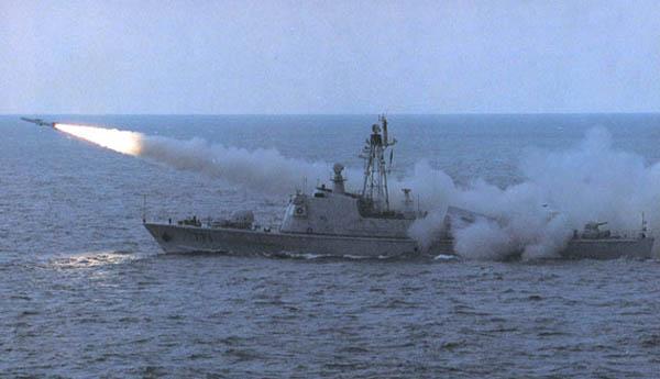 中国海军老式军舰发射导弹
