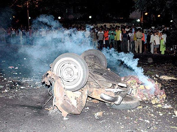孟买 恐怖袭击/恐怖袭击发生后,一辆出租车被炸后的残骸。