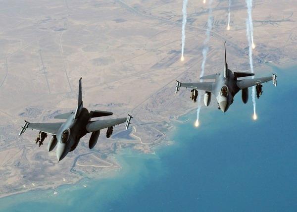 2008年1月22日,美国空军两架f-16c型战斗机在伊拉克上空编队飞行.