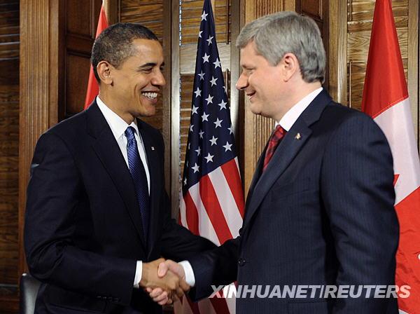 月19日,美国总统奥巴马(左)在加拿大首都渥太华与加拿大总理斯