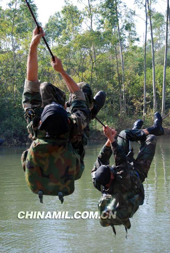 中国军网6月9日电题:探访海军陆战队两栖蛙人海军陆战队两栖蛙人队挑战生理极限训练剪影   海军陆战队的训练,有人称之是炼狱,也有人称为兽营式训练。   两栖蛙人队是海军陆战队的拳头部队,蛙人队员更是海军陆战队员中的兵中之兵,军事素质、思想作风、意志品质样样都是一流的,有着军中神兵的美誉。   练体能,每人一个沙袋,操练绑沙袋、瞄准吊沙袋,一天24小时不离身;每人早晚手拎石砖跑两个5公里;早晚还得完成5个100:100个俯卧撑、100个仰卧起坐、100个马步冲拳、100个倒立、10