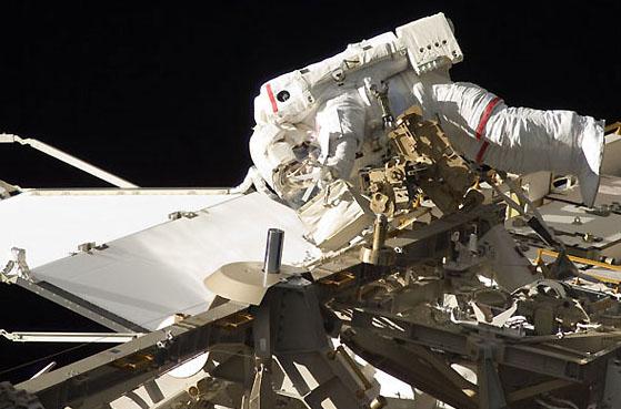 奋进号航天飞机宇航员第3次出舱行走