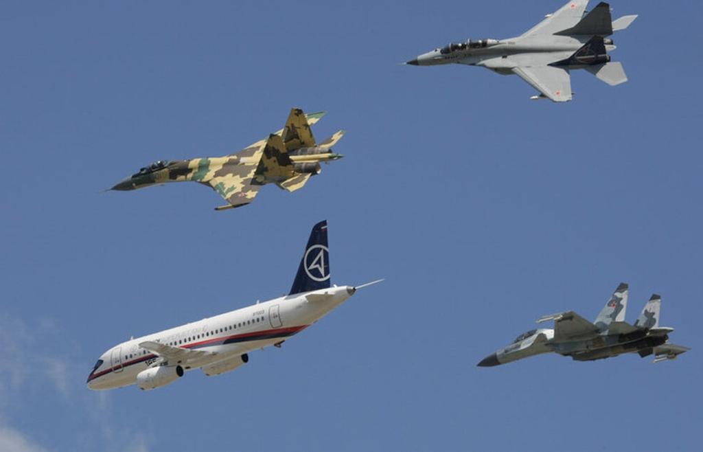 """在2架苏霍伊战斗机和1架米格战斗机的""""伴护""""下通场"""