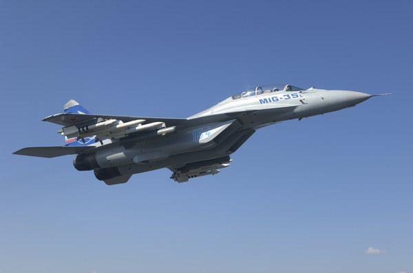 俄空军率先采购米格-35,愿转让机载相控阵雷达技术;欧美五大军机生产商参与角逐   核潜艇、航空母舰、远程导弹印度升级武库总之不差钱。近日,印度公布并开始审核120亿美元战机军购计划,这一天价军购大单一出,欧美俄六大军机生产商便开始明争暗夺。其中,身处绝境的俄罗斯军机生产商更是拉出普京助阵,高调推出4++战机米格35,希望凭借米格战机昔日威名来延续俄印军事合作的前缘。   8月13日,总部设在下诺夫哥罗德的俄罗斯索科尔飞机制造公司表示,他们将努力从2013年或者2014年开始为印度生产米格35