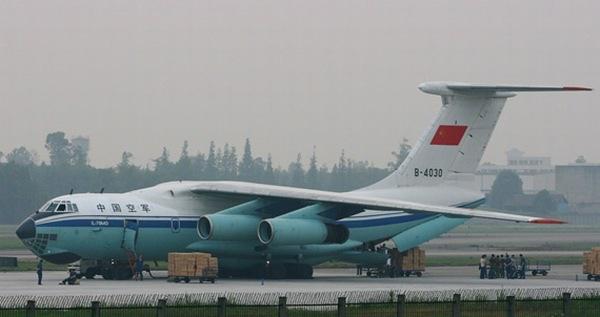 机翼在圆形机身的顶部,而不是在机身中间,因为这会影响到飞机的可用