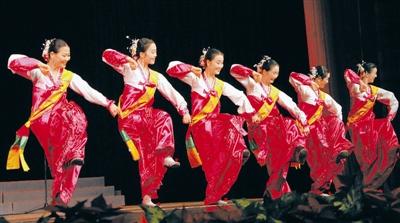 乔天富/舞蹈《金黄的稻穗三千里》摄影:本报记者乔天富...