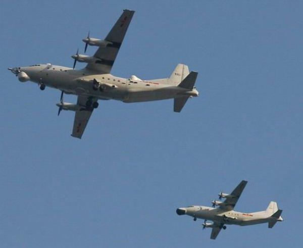 和运-8巡飞机编队飞行