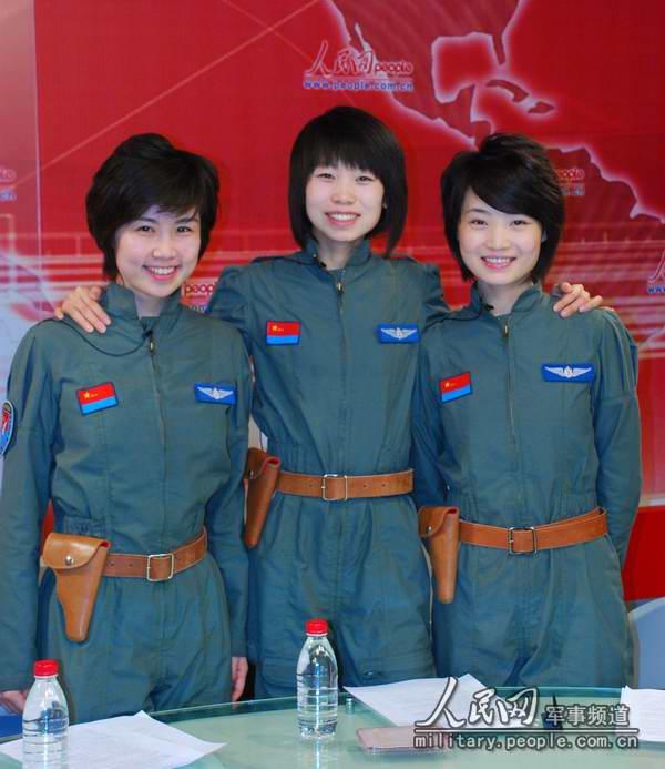 中国首批歼击机女飞行员张晓佳(中),余旭(右),周帅(左)做客人民网.