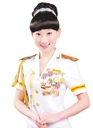 这个军旅美女歌手外型娇俏靓丽